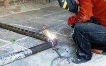 Как заварить протекающую трубу электросваркой? Ремонт водопровода под давлением!